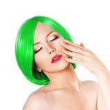 Junge Frau der Schönheit mit dem luxuriösen grünen Haar Mädchen mit frischer SK Stockfoto