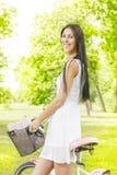 Junge Frau der Schönheit mit Fahrrad Lizenzfreies Stockfoto