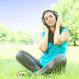 Junge Frau der Schönheit mit Kopfhörern lizenzfreie stockfotos