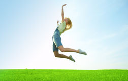 Junge Frau der Schönheit springen auf dem Gebiet Stockbilder