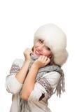 Junge Frau in der Schutzkappe deckt Gesicht mit Schal ab Lizenzfreie Stockfotos