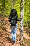 Junge Frau in der schwarzen Lederjacke und in der Freizeitbekleidung lizenzfreie stockfotos