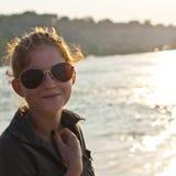 Junge Frau an der Seeseite Lizenzfreie Stockbilder