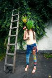Junge Frau der Sommermode mit in Hippieart Jeans und bouqu stockfotos