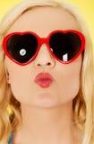 Junge Frau in der Sonnenbrille, die Lippenkuß durchbrennt stockfotografie