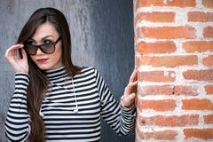Junge Frau in der Sonnenbrille, die weg schaut Lizenzfreie Stockfotografie