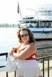 Junge Frau in der Sonnenbrille nahe dem Teich an einem sonnigen Tag Stockbild