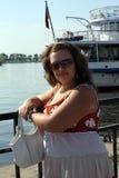 Junge Frau in der Sonnenbrille nahe dem Teich an einem sonnigen Tag Lizenzfreies Stockfoto
