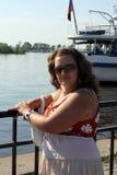 Junge Frau in der Sonnenbrille nahe dem Teich an einem sonnigen Tag Lizenzfreie Stockbilder