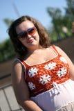 Junge Frau in der Sonnenbrille nahe dem Teich an einem sonnigen Tag Stockbilder