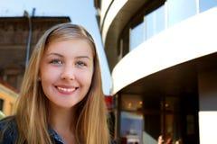 Junge Frau in der Stadt. Lizenzfreie Stockfotografie