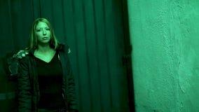 Junge Frau in der Stadt stock video footage