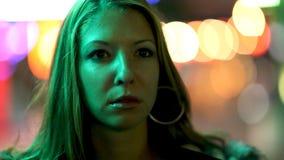 Junge Frau in der Stadt stock video