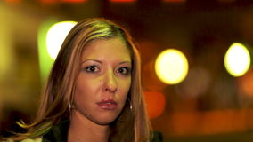 Junge Frau in der Stadt stock footage