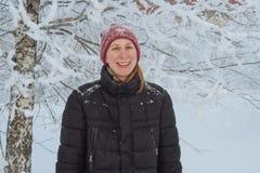 Junge Frau in der Stadt im Schnee Stockfotos