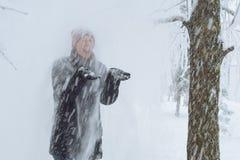 Junge Frau in der Stadt im Schnee Stockfotografie