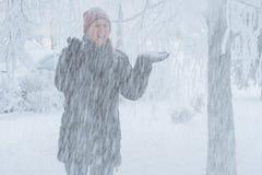 Junge Frau in der Stadt im Schnee Stockbilder