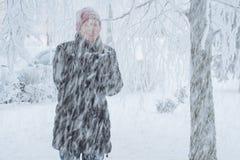 Junge Frau in der Stadt im Schnee Stockfoto