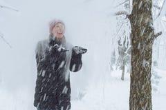 Junge Frau in der Stadt im Schnee Stockbild