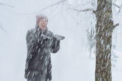Junge Frau in der Stadt im Schnee Lizenzfreie Stockbilder