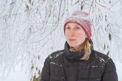 Junge Frau in der Stadt im Schnee Lizenzfreies Stockbild