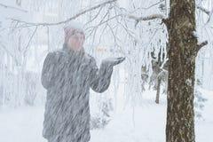 Junge Frau in der Stadt im Schnee Lizenzfreie Stockfotografie