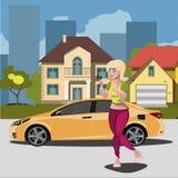 Junge Frau in der Stadt mit Neuwagen Lizenzfreie Stockbilder