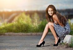 Junge Frau an der Straße in der Stadt Lizenzfreie Stockfotos