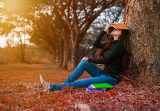 Junge Frau in der Stresssituation, wenn ein Buch im Park gelesen wird stockbild
