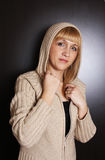 Junge Frau in der Strickjacke lizenzfreies stockbild