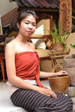 Junge Frau in der traditionellen Kleidung Stockbild