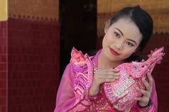 Junge Frau in der traditionellen Zeremonie kleidet am Mahamuni-Tempel Stockbilder