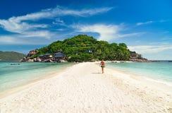 Junge Frau in der tropischen Insel Lizenzfreies Stockbild