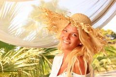 Junge Frau an der tropischen Rücksortierung Lizenzfreie Stockfotografie