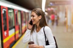 Junge Frau an der U-Bahnstation lizenzfreie stockbilder