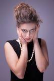 Junge Frau der Verzweiflung, mit den Händen auf Kopf. lizenzfreie stockfotos