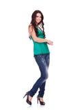Junge Frau der vollen Karosserie in der beiläufigen Kleidung Stockfotografie