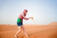 Junge Frau in der Wüste Lizenzfreies Stockfoto