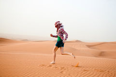 Junge Frau in der Wüste Lizenzfreie Stockfotos