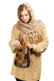 Junge Frau in der warmen Kleidung mit gestrickter Tasche Stockfotografie