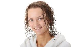 Junge Frau in der weißen Badewanne Stockbild