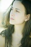 Junge Frau in der weichen Leuchte Stockfotos