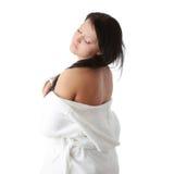 Junge Frau in der weißen Badewanne Stockfoto