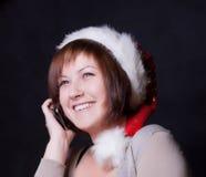 Junge Frau in der Weihnachtsschutzkappe Stockfotografie