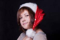 Junge Frau in der Weihnachtsschutzkappe Stockbild