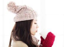 Junge Frau in der Winterkleidung, die heißes Getränk hat stockbilder