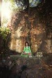 Junge Frau in der Yogameditation im Freien Lizenzfreies Stockbild