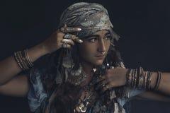 Junge Frau der Zigeunerart, die Stammes- Schmuckporträt trägt lizenzfreie stockfotografie