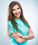 Junge Frau der zufälligen Art, die auf Studiohintergrund aufwirft Stockfoto