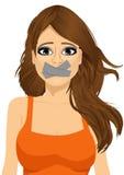Junge Frau des attraktiven Brunette zum Schweigen gebracht Lizenzfreies Stockbild